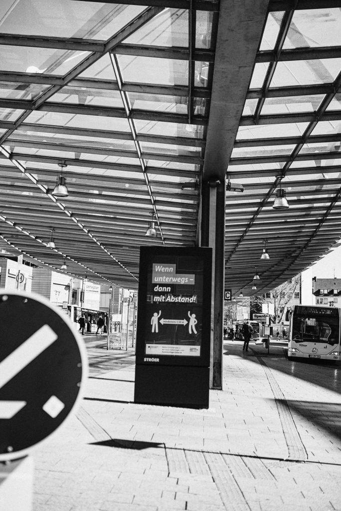 Abstandhalten Busbahnhof in Siegen